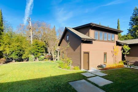 Serene Studio in Emerald Hills- Long Term