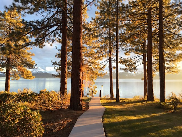 Tahoe Lakefront Condo, 3 bed/3 bath, Private Beach - Zephyr Cove-Round Hill Village - Apartament
