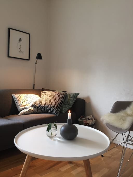 Romslig sofa med sofabord