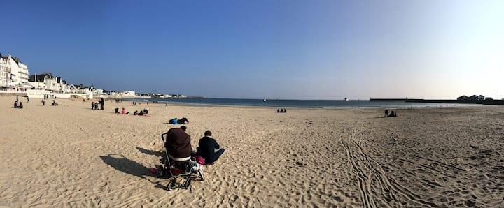 La plage & le centre à pieds!