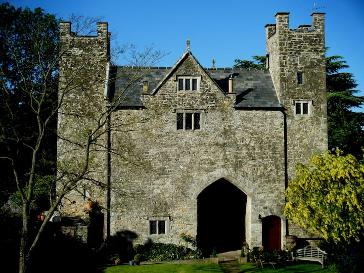 Welsh Gatehouse: luxury 13th century historic home