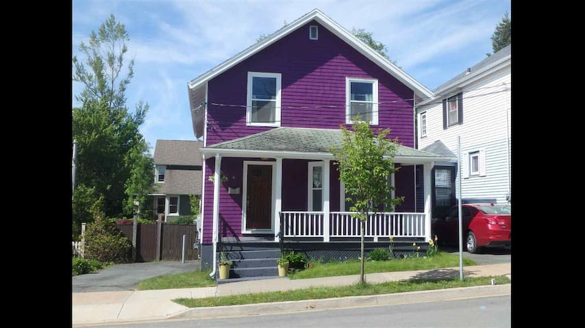 Cozy Twin Rm in Quaint Purple House