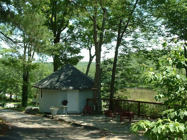 "CHARMING ONE ROOM ""GAZEBO"" COTTAGE  - Woodridge - Houten huisje"