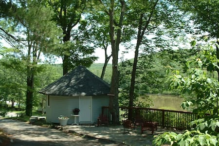 "CHARMING ONE ROOM ""GAZEBO"" COTTAGE  - Kabin"