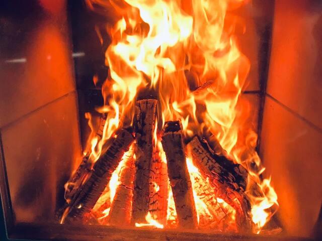 Kaminfeuer für die kalte Jahreszeit. Auch eine Fußbodenheizung sorgt für angenehmes Raumklima.