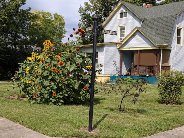 Charming Old house close to Mall Starbucks food!