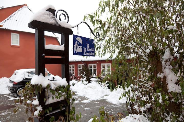 Værelse med egen indgang og eget bad, køleskab og - Svendborg - ที่พักพร้อมอาหารเช้า