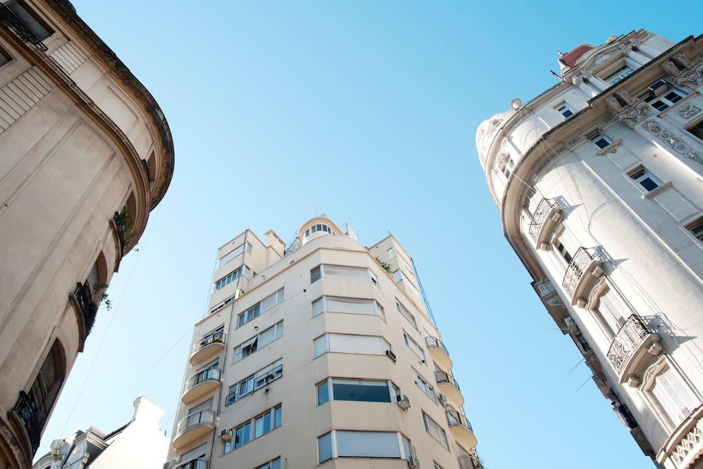 el azul cósmico de Buenos Aires... fachada del edificio