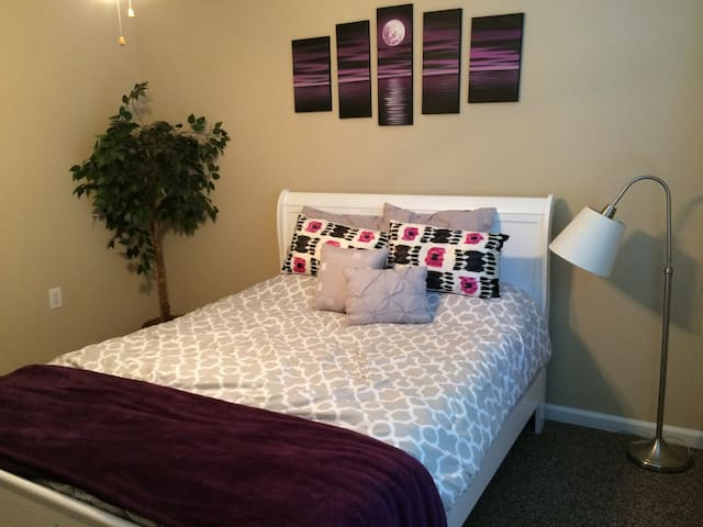 Downtown Private Guest Room!