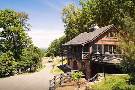Luxurious, Secluded Mountainside Suite with Panoramic Views