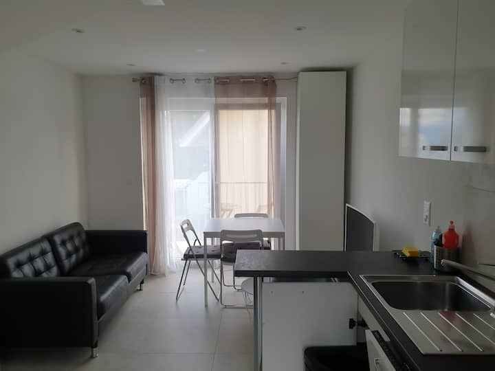 Convenient furnished apt, single or couple welcome