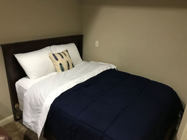 Mallard Suite: Private Room/Bathroom