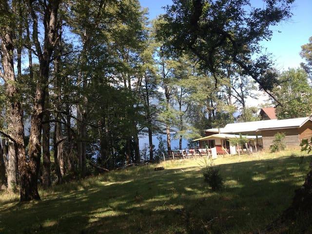 Espectacular casa a orillas del Lago Caburgua.