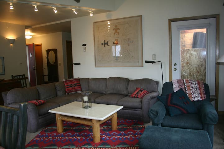 3 BR Light & Airy Condo Across from Ski Lift