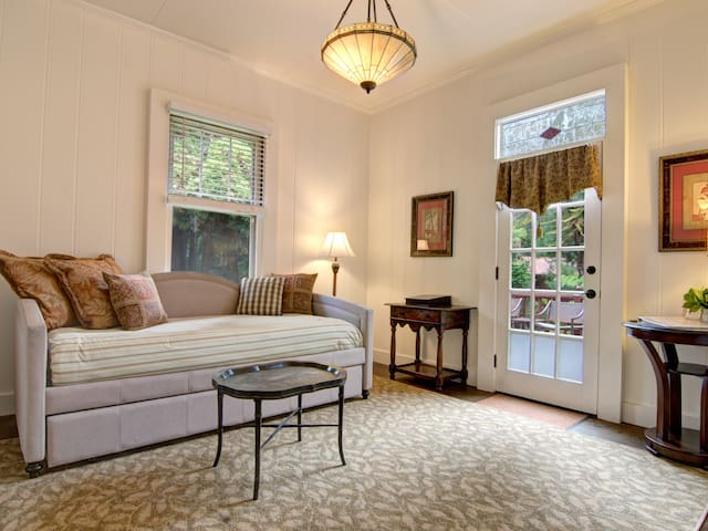 Dillingham Suite-Living area with 2 twin beds