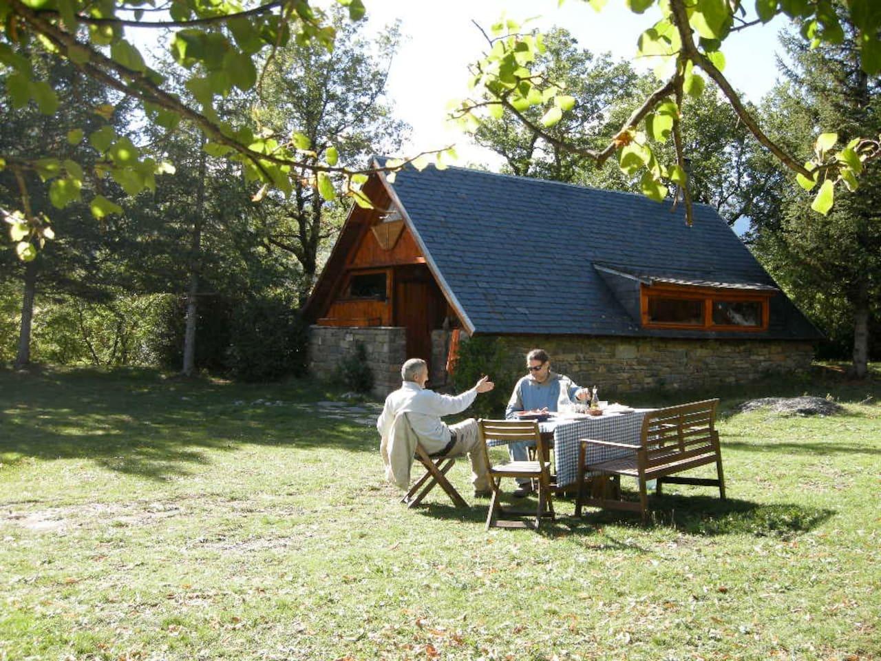 La Cabana está ubicada en un precioso prado, que dispone de mesa, sillas y banco para realizar desayunos, comidas, etc en los días soleados.