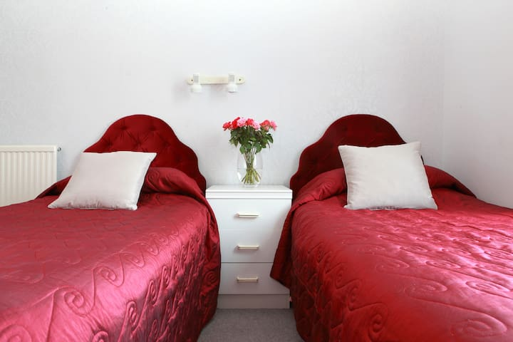 EN-SUITE TWIN ROOM IN EDINBURGH Bed and Breakfast