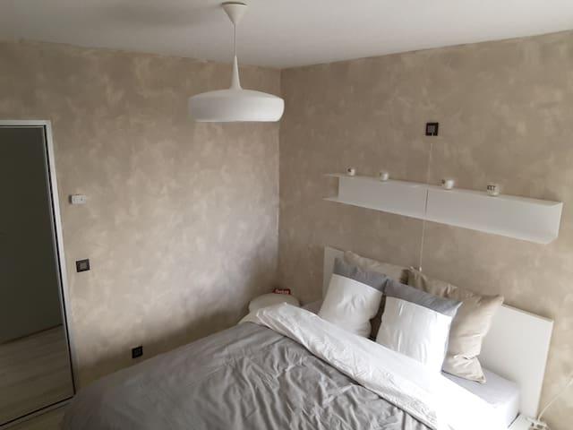 Chambre avec un grand lit 2 pers. (1,60m), dressing et petit balcon