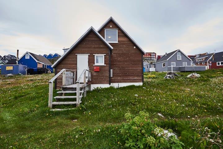 Lille hus med udsigt i Nuuks hyggeligste kvarter