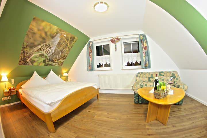 Landhotel Jagdschloss (Windelsbach), Zimmer 32 - Rebhuhn mit weitem Blick auf Wald, Feld und Wiesen