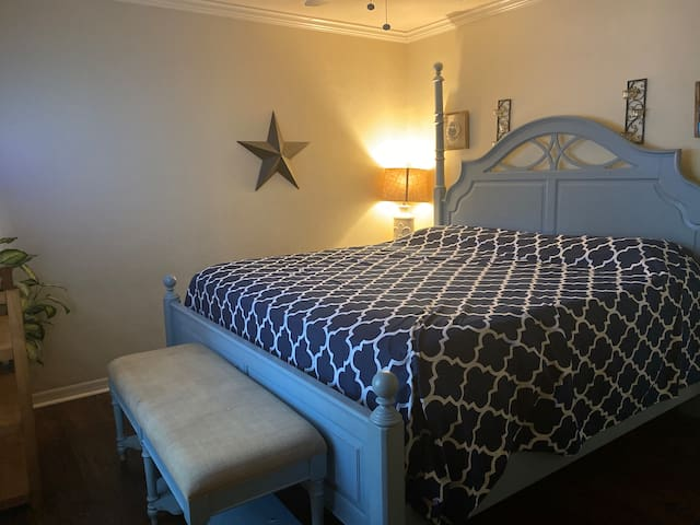 Gatorland's one and only Bed & BBQ-King&Queen Room