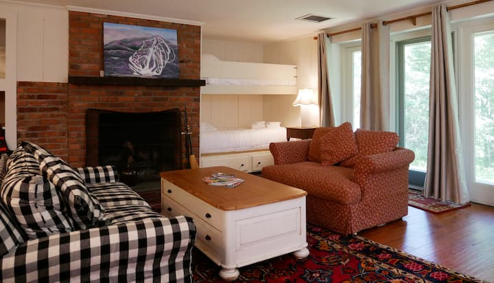 Cozy Country Condo feet from Plaza Trail!