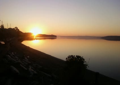 Beachfront On Penn Cove 1 bdrm plus - Oak Harbor - Casa