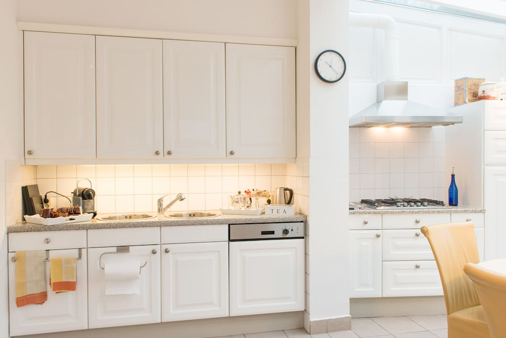 Volledig uitgeruste en ruime keuken. Fully equipped and spacious kitchen.