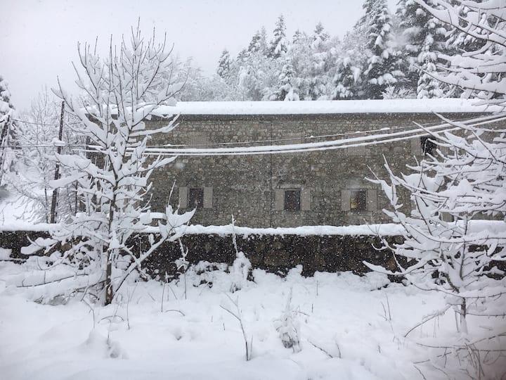 Ardèche,maison ardéchoise en face de la rivière