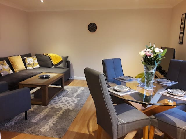Modern two bedroom apartment near seafront/cliffs