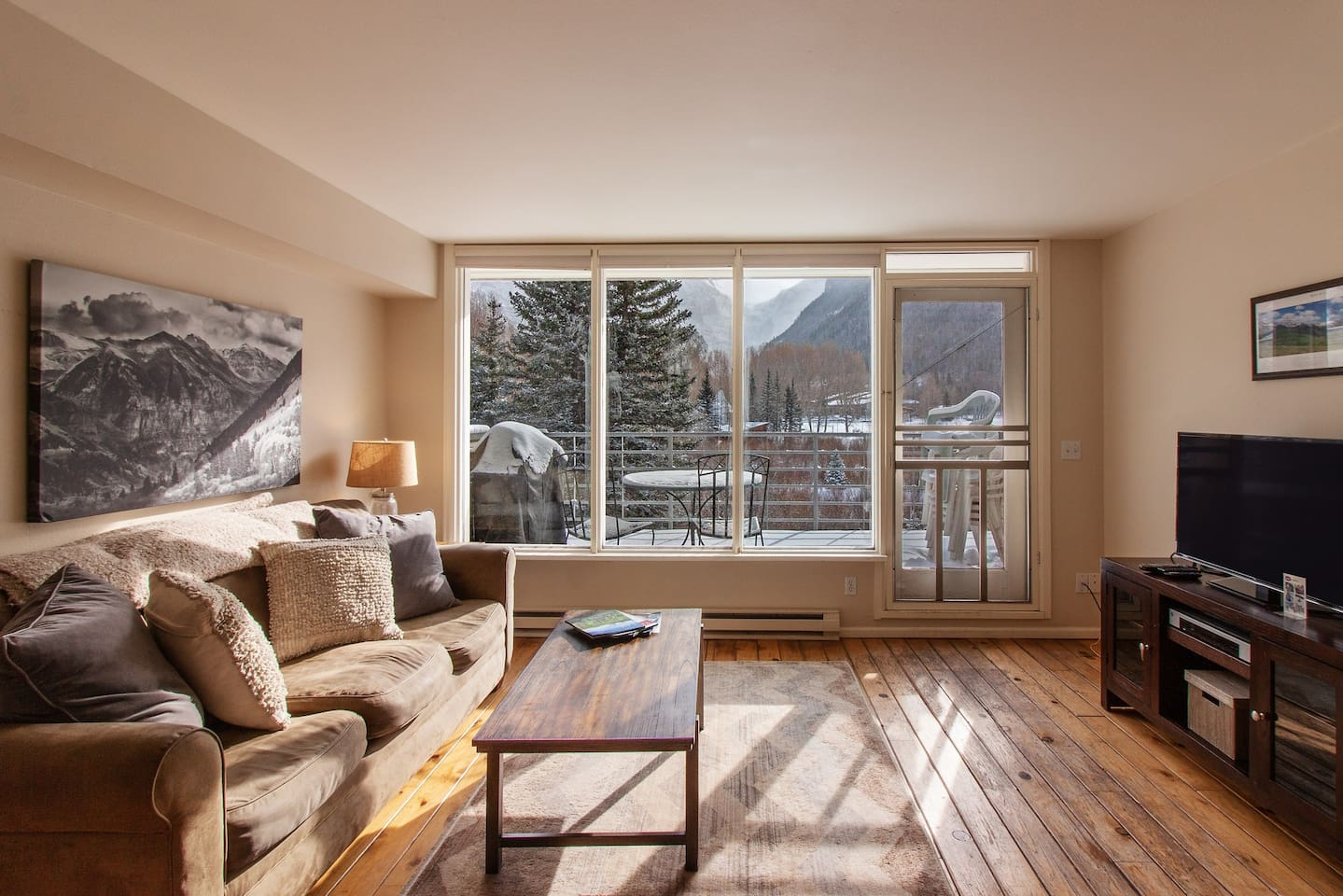 Contemporary alpine getaway with shared hot tub - walk/shuttle to gondola