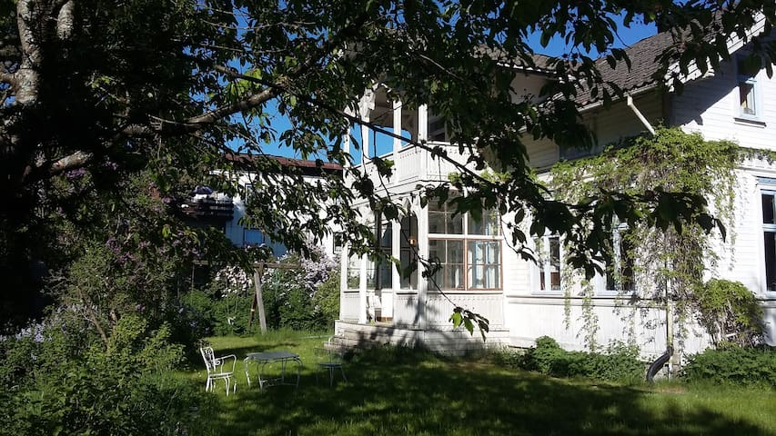 Charming flat, idyllic old Wooden House near Oslo
