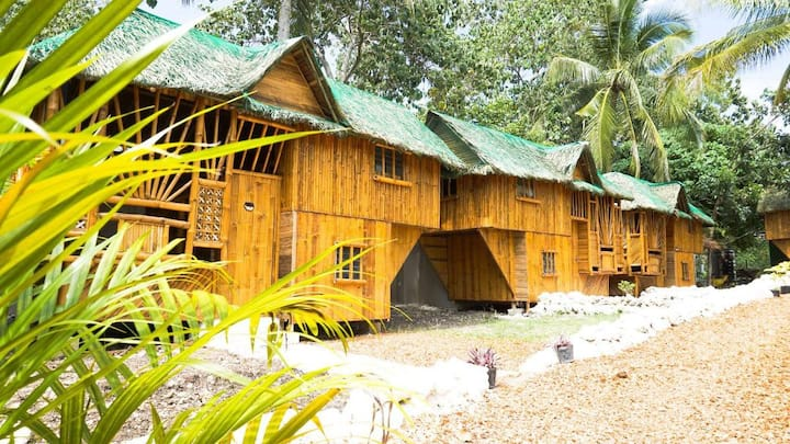 Large 4 pers bamboo house with private CR/Shower
