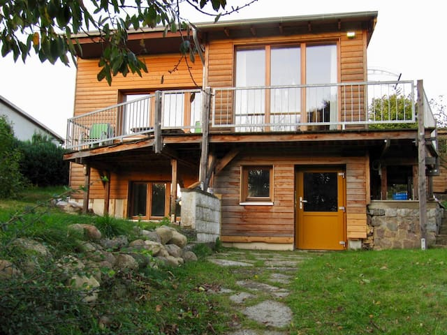 Holzbungalow am See und Wald
