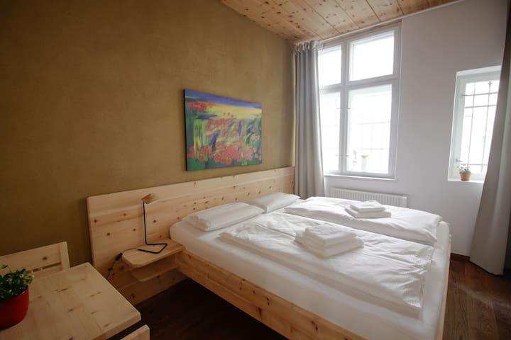 Schlafzimmer mit Zirben Doppelbett - für himmlische Stunden mitten in Innsbruck