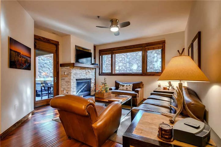 2-Bedroom Luxury Condo, Enjoy a few Summer Nights in your Private Hot Tub