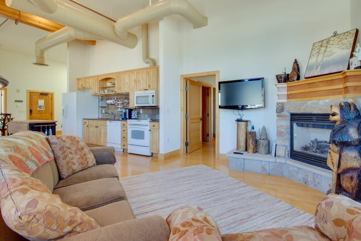 Quick-access condo in the heart of the city w/kitchen & deck
