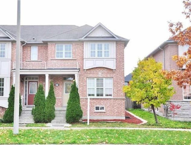 Bright Cozy 3BR House in Richmond Hill,HWY404/HWY7 - Richmond Hill - Radhus