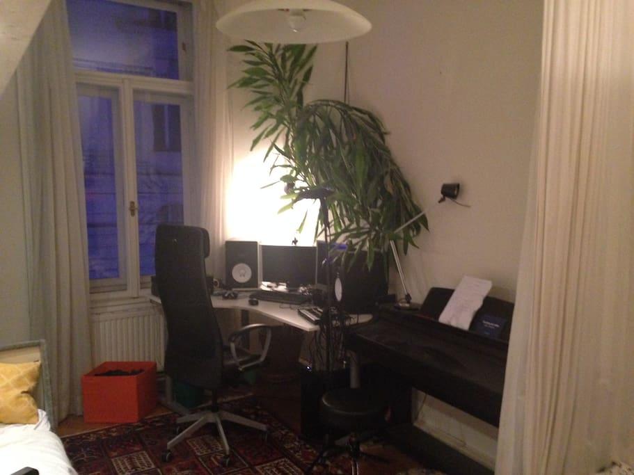 Schreibtisch mit Internetzugang, Klavier, Schlldichtes Fenster