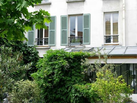 Paris, cosy flat next to fleamarket