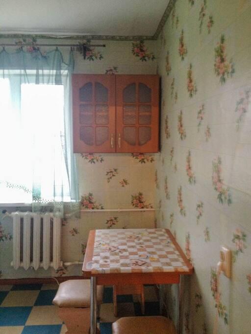Кухня - стол,стулья,кухонная мебель,плита,СВЧ-печь,стиральная машинка-автомат