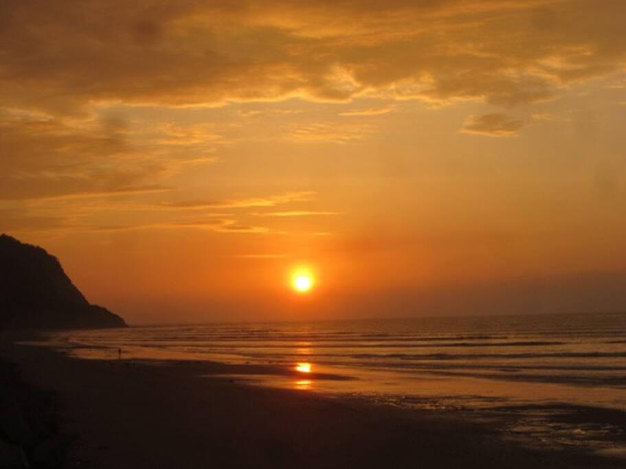 Caída de Sol en la playa de Bahía de Caráquez