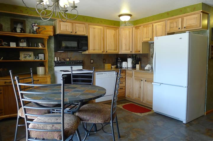 Upgraded, Mountain View, 2 Bedroom Suite, Indoor Pool, Hot Tub and Game Room!