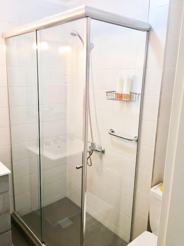 Pisos antideslizantes en todo el baño por seguridad