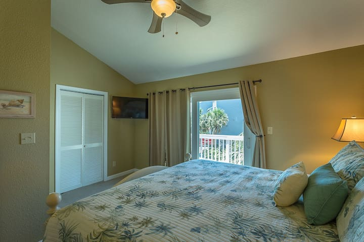 King Master with Ceiling Fan, Gulf View Deck, Flat Screen Cable TV/DVD, and Private Bath