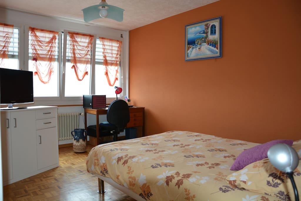 jolie chambre pour deux personnes avec coin bureau wohnungen zur miete in neuenburg neuch tel. Black Bedroom Furniture Sets. Home Design Ideas