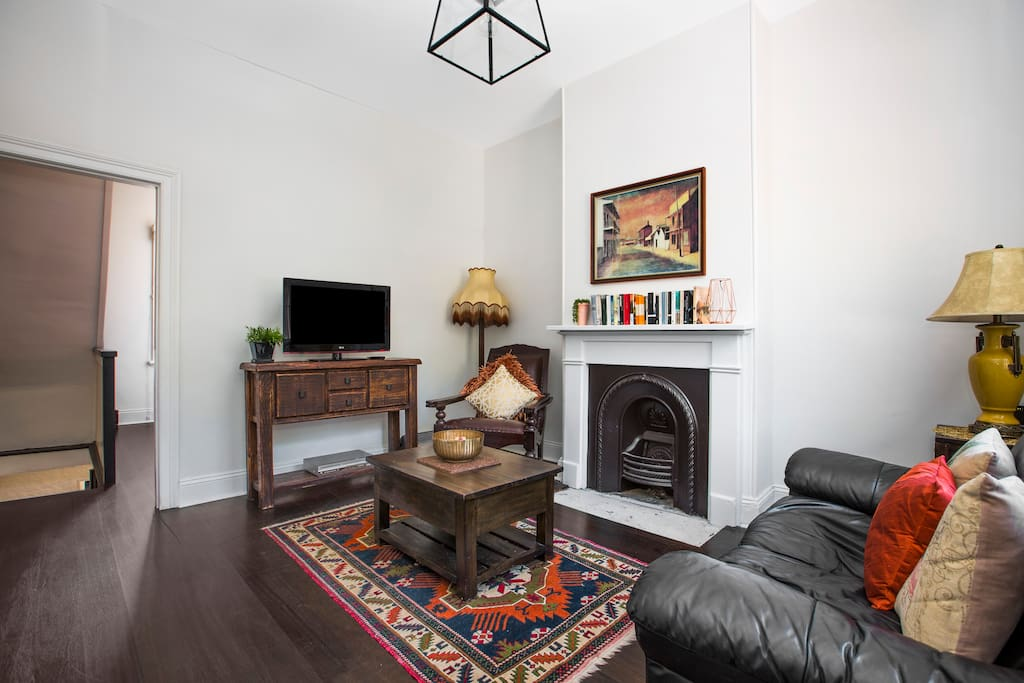 Living area with TV, decorative fireplace and free WIFI