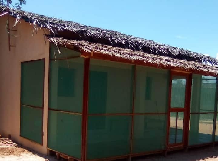 Casa com cama casal e belo quintal - 400m da praia