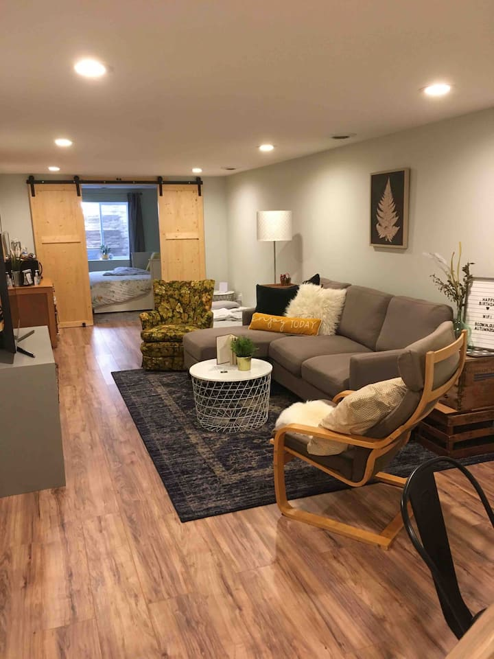 Cozy Basement Stay - Private Entry