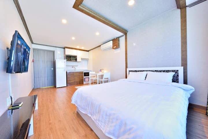(5)203호 침대스위트룸_편안하게 가족들과 함께할 수 있는 관광지가 가까운 숙소